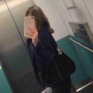 Skitsnygg väska som är köpt second hand (på Humana)💖💖 Prada kopia, och själva Prada märket har tyvärr åkt av men inget man tänker på. Frakt tillkommer💖💕💕