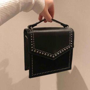 Fin liten väska från Pull&Bear eller bershka. Superfint skick förutom att den saknar väskbandet, men det går att sätta på vilket som helst!