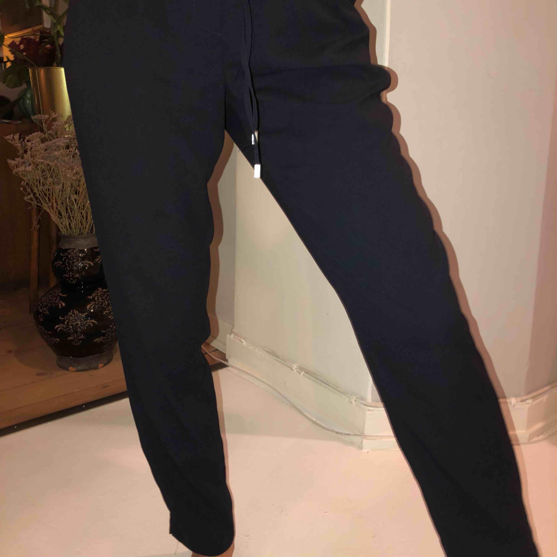 Blåa kostymbyxor med knyt i midjan . Jeans & Byxor.