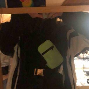fanny pack i superhärlig grön färg från monki! inte använd så mycket men hade den under lollapalooza och då fick den lite märken på baksidan (självklart inget som syns vid användning!) 💚 frakt 40kr !