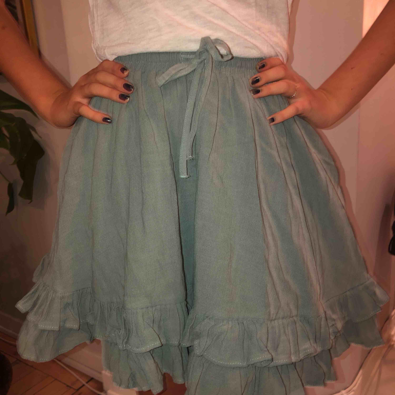Super fin kjol i en härlig grön nyans! En rejäl kjol. Fickor på båda sidorna, knyte i midjan. 100% linne🌥💕. Kjolar.