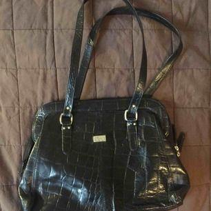 En helt oanvänd retro handväska i äkta skinn