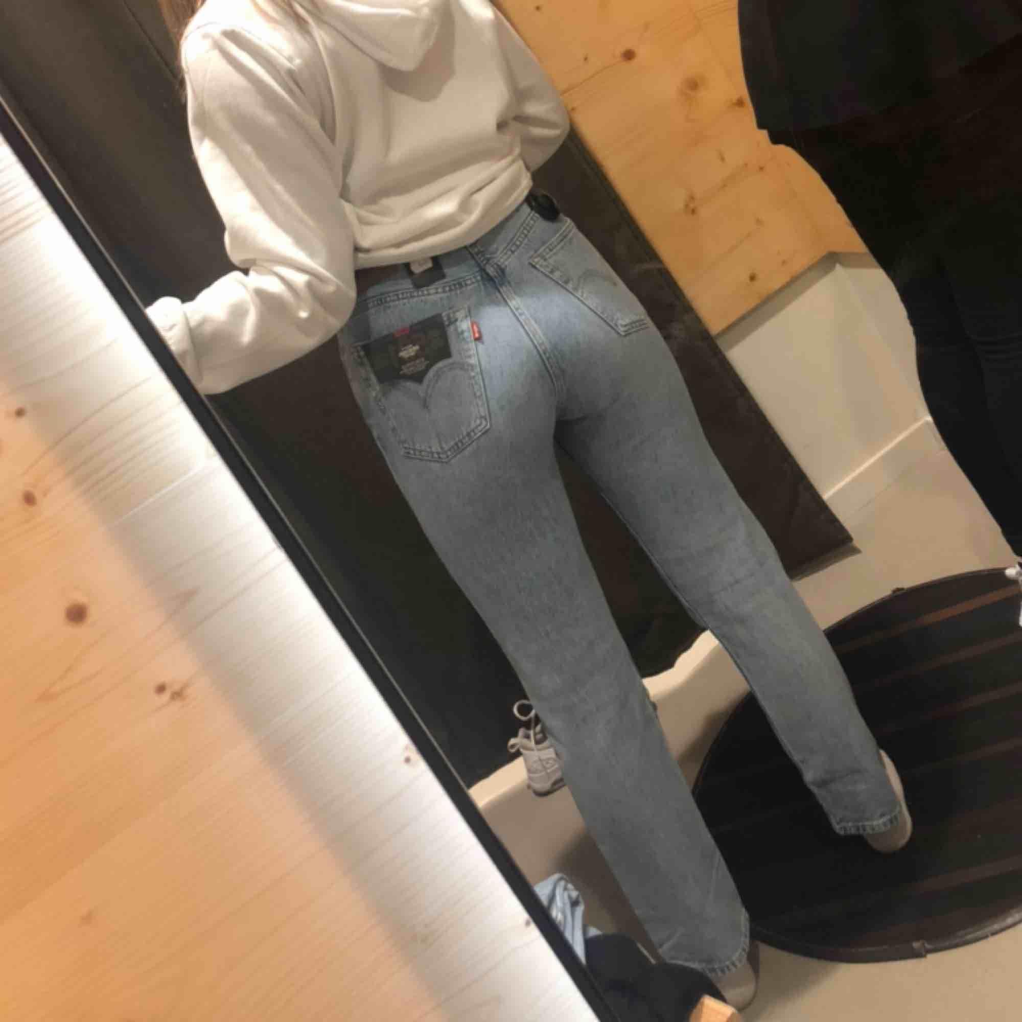 Säljer mina splitter nya Levis jeans. Modell 501, original cropped. Ni står för frakten själva. Använda 2 ggr och tvättade 1. Sälj pågrund av att dem töjts och är förstora för mig. Passar dig som har S i storlek. Inte en ända fläck. Passa på!!. Jeans & Byxor.