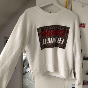 Vit tröja från Gina Tricot, använd Max 3 gånger och har inga tecken på användning.  Möts helst upp i Lund annars tillkommer frakt☺️