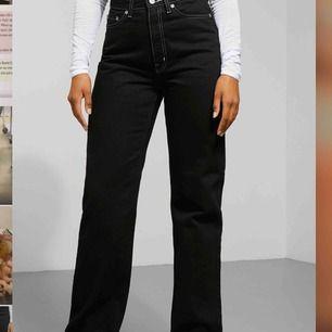 Säljer min svarta byxor med vita sömmar i modellen row från weekday, använda ett fåtal gånger, säljer dem pågrund av att dem är för små! STOLEK 25/32  (köparen står för frakt) nytt pris 500kr