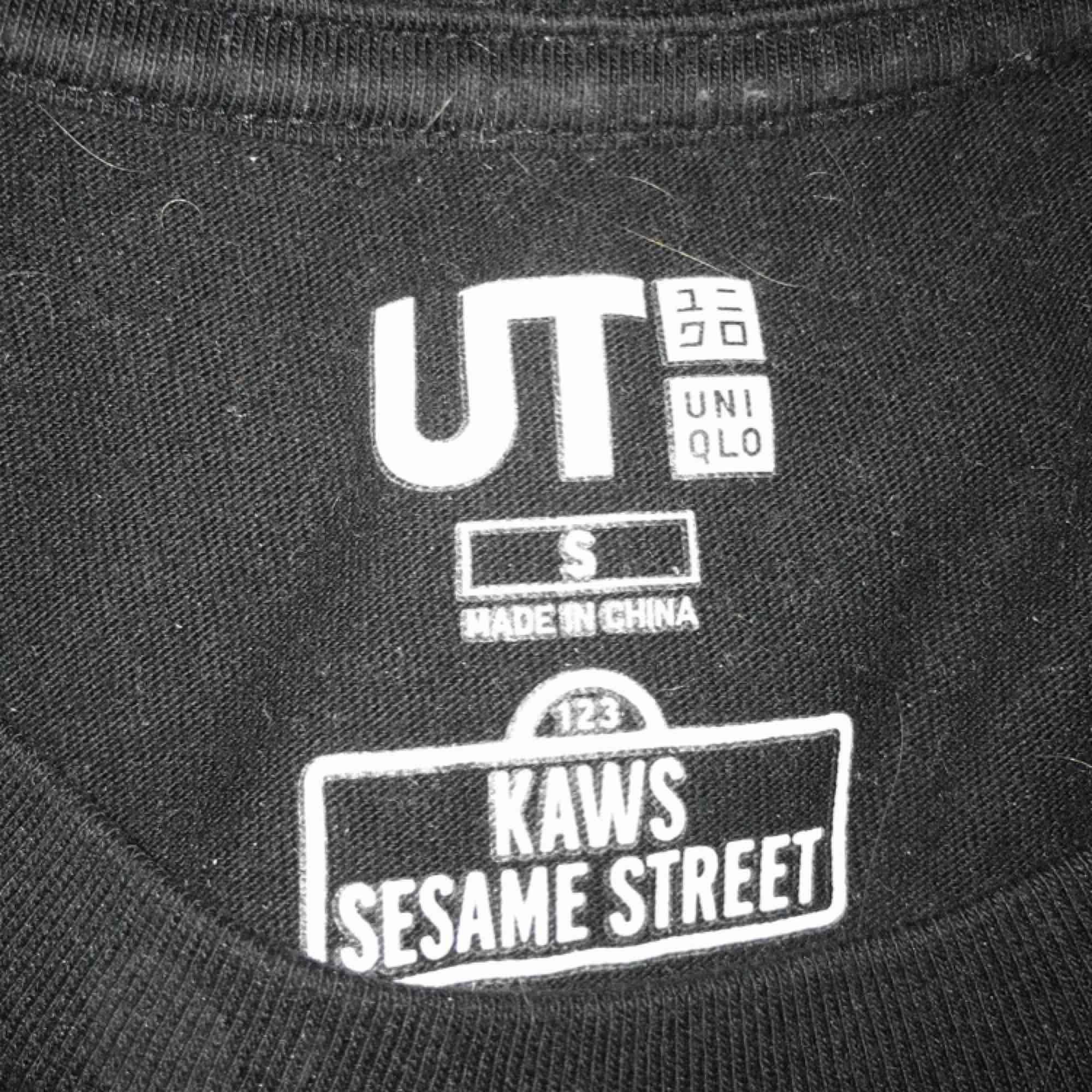 Väldigt fin uniqlo x kaws. Väldigt hypad och bra pris. Strl S. Passar fint på mig som är 177. Sitter tts.   Hämtas i Stockholm . T-shirts.