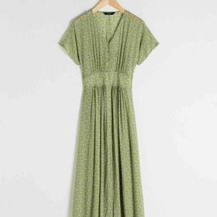 Grön pistachio midi klänning från &other stories. Bara använt i somras ett par gånger. Flowy och sitter så fint på kroppen.