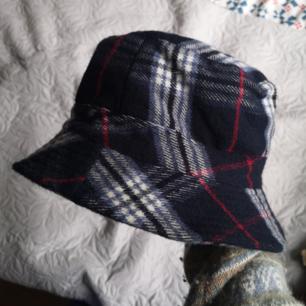 Coolaste flanell hatten! Köpt på secondhand men aldrig använd av mig/bra skick Lite tjockare material (typ som skjortorna) så perfekt i detta vädret!! sitter bra på mig som har 56-57cm omkrets INKL FRAKT  Ner info i kommentarsfältet