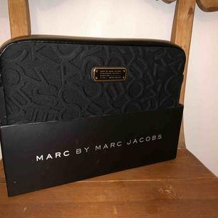 iPad fodral från Marc Jacobs, vet inte riktigt vad det är för storlek men den vanliga iPad storleken.