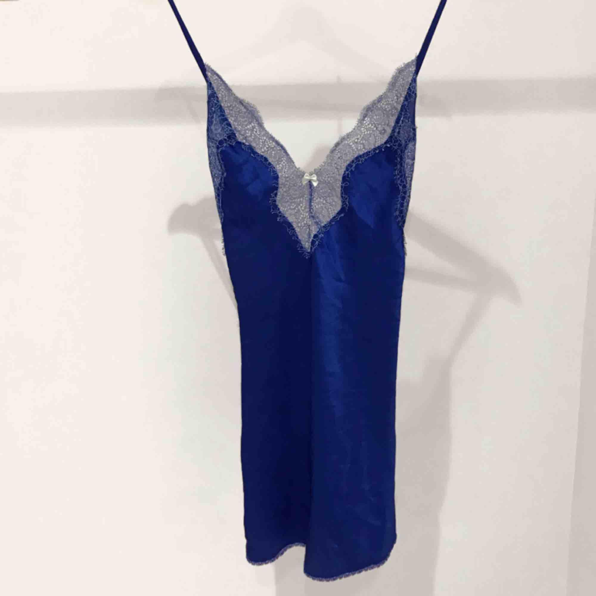 Superfint blått silkes nattlinne med korsad rygg från Victorias secret! 🦋. Accessoarer.