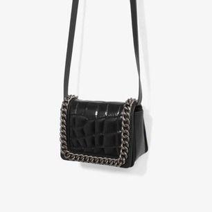 Zara mini väska. Man kan även lägga strap till väskan inuti så att den blir som en clutch.