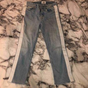 Snygga jeans, ljusblåa med vita detaljer på sidorna, tyvärr för små för mig :(