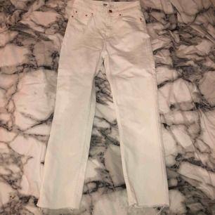 Vita otroligt snygga jeans, tyvärr för små! Men såå fina från bershka