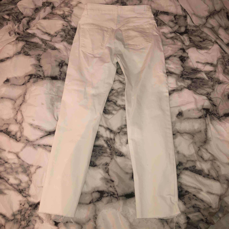 Vita otroligt snygga jeans, tyvärr för små! Men såå fina från bershka . Jeans & Byxor.