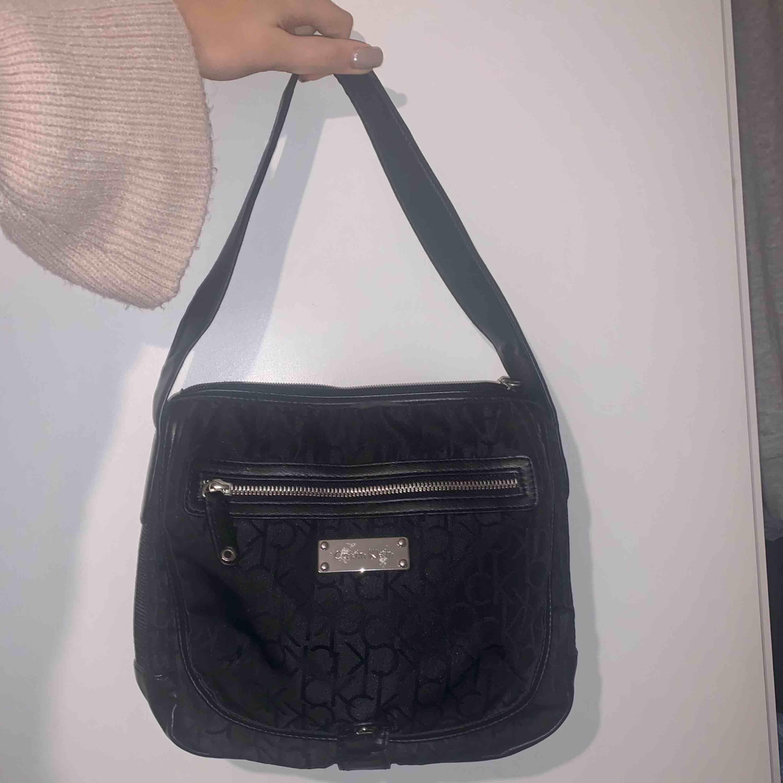 Säljer finaste väskan från Calvin Klein (äkta) 💞 Inte använd mycket alls, så hoppas någon annan får användning för den!. Accessoarer.