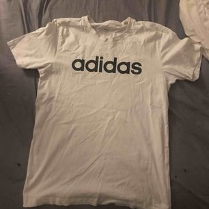 Adidas t-shirt aldrig använd bara legat i garderoben. Storlek M, säljer för 50kr. Möts upp i sthlm!