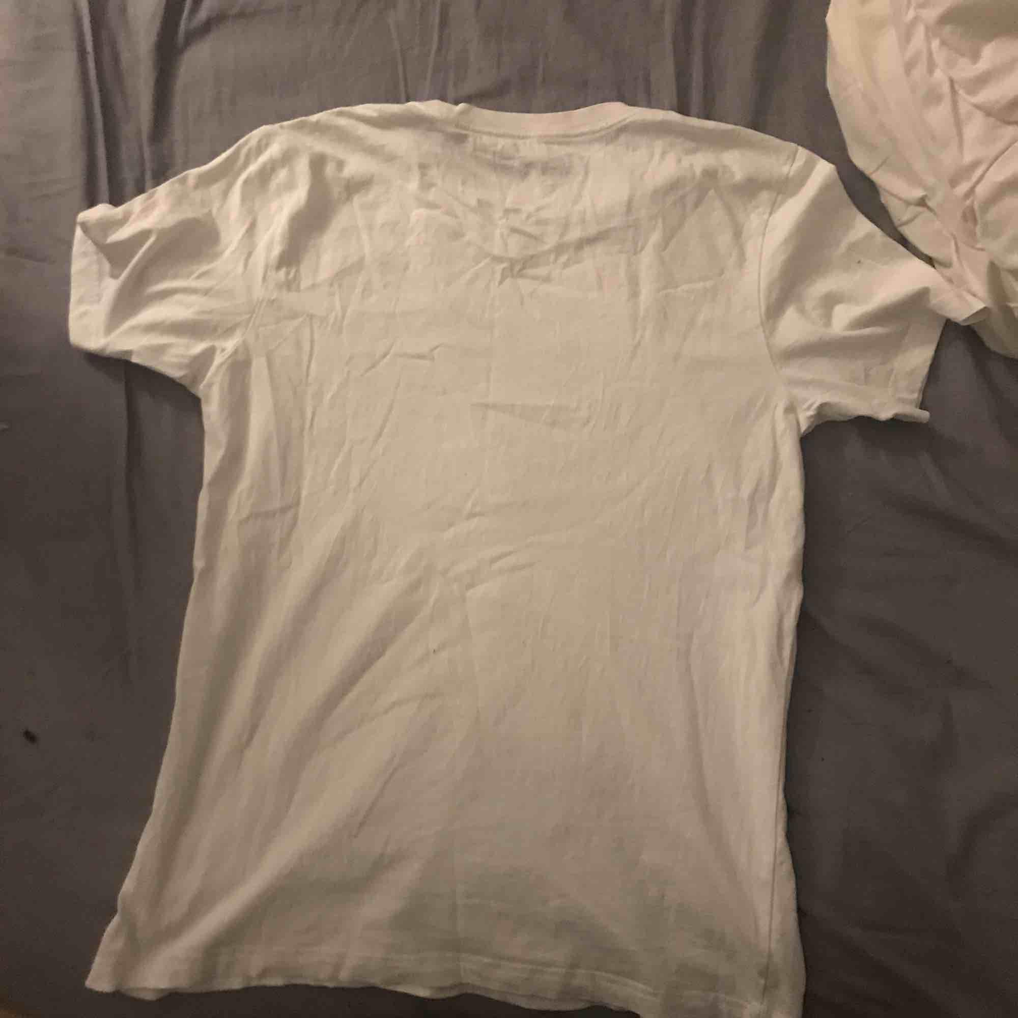 Adidas t-shirt aldrig använd bara legat i garderoben. Storlek M, säljer för 50kr. Möts upp i sthlm!. T-shirts.