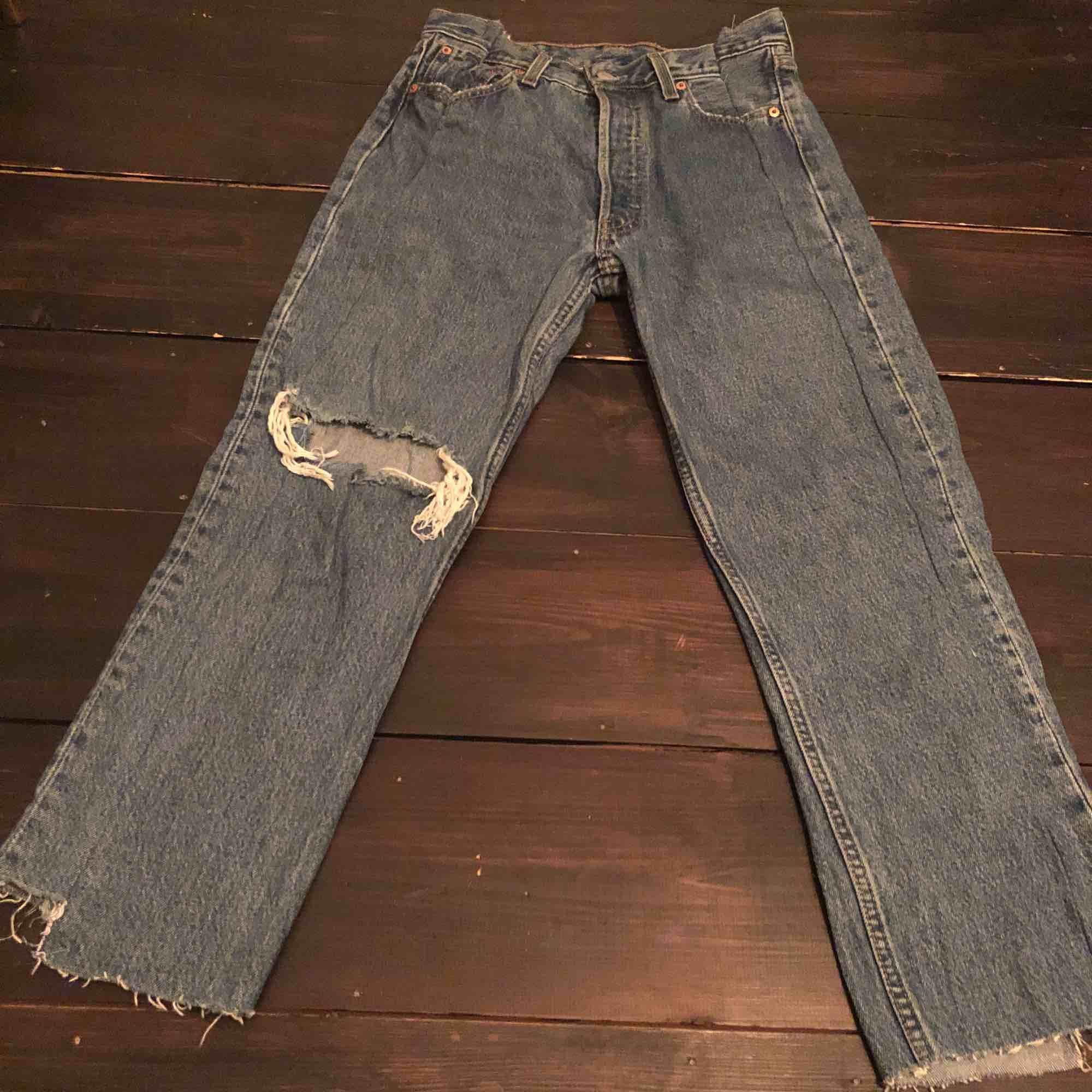 Asballa Levi's jeans köpta här på plick (2st bilder lånade). Unika som fan. Endast använda ett fåtal gånger så i skick som nya. Snygga på både kille som tjej, storleken är ungefärlig och lite mer åt M hållet:) hör av er för mer bilder. Jeans & Byxor.