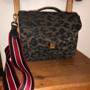 Helt oanständigt väska med axelrem från Beck&söndergaard. Axelremmen går att ta bort.