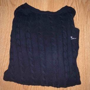 Mörkblå, kabelstickad tröja från Bondelid. Paketpris för Bondelid tröjorna: 200kr 💖