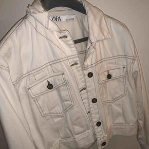 En beige jeans jacka från Zara i storlek M men den funkar absolut som en S också.  Mycket fint skick.