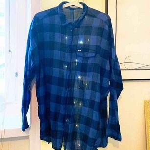Skjorta från Lee i intensiv blå färg. Modell oversize men kan också stoppas innanför jeansen eller knytas i midjan för att göras mer figurnära. Material 100% bomull, längd mitt bak: 80cm.