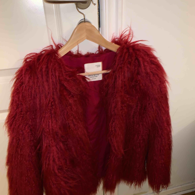 En pälsjacka från Zara i storlek 152 men är som en S.   Använd fåtals gånger. . Jackor.