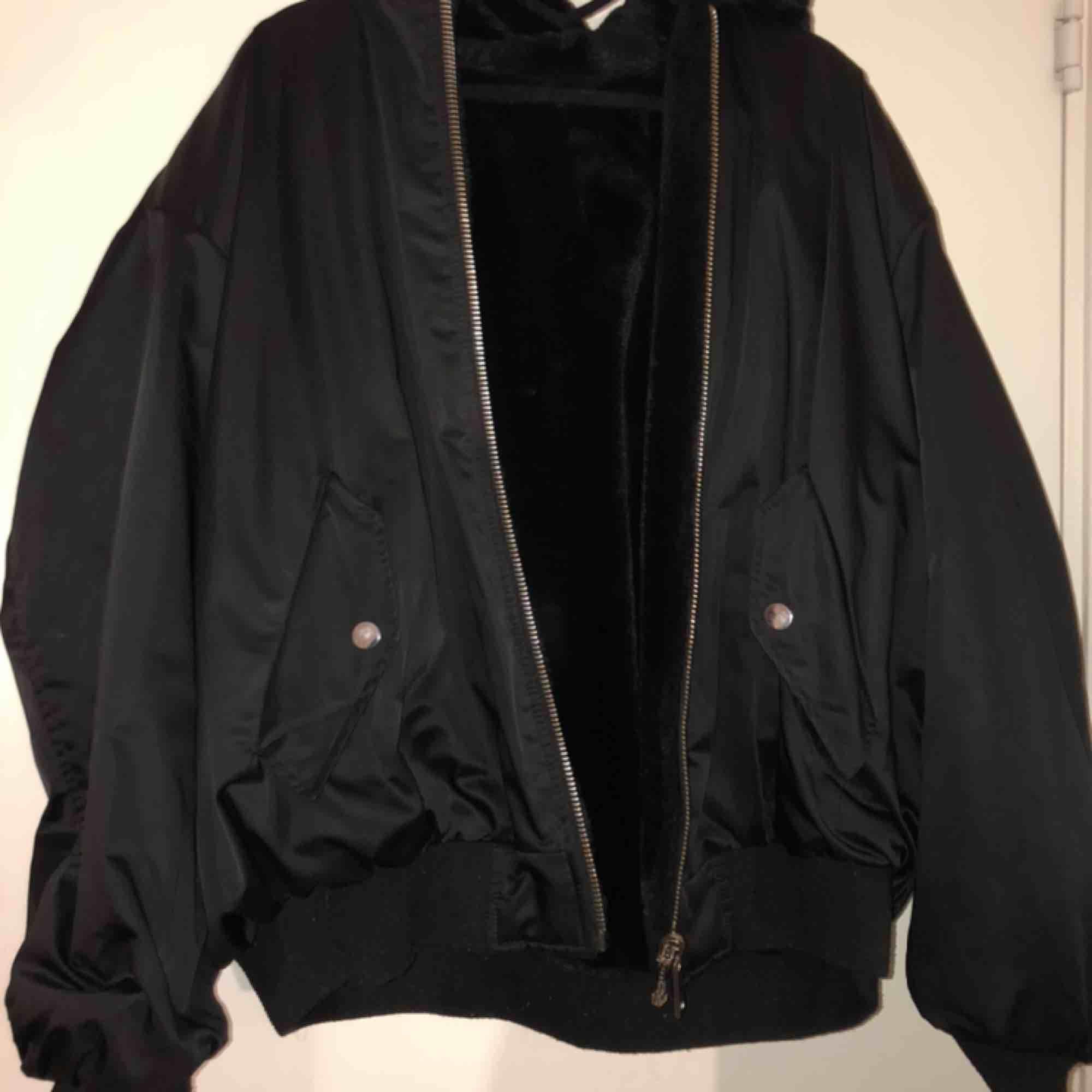 En vändbar jacka från Zara i storlek XS men den är oversized så passa som en M, jackan har två sidor ena är en JÄTTEMJUK pälsa & andra en bomberjacka, luvan har päls på båda sidor! (Fraktar ej denna). Jackor.