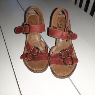 Sandaletter ifrån Fiorentino baker. Strl 36. Använda ett fåtal gånger.  Ord pris 2500:-. Fri frakt