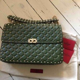 Valentino Rockstud Spike väska, i största modellen  Super härlig färg