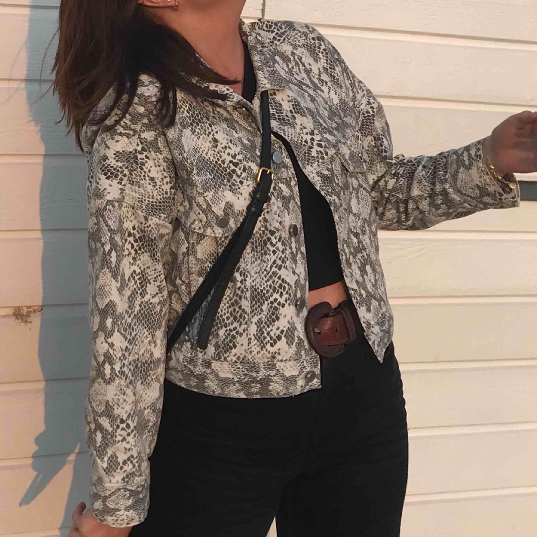 Kort jeansjacka med ormskinnsmönster från H&M. Skitsnygg och endast använd fåtal gånger! Säljer pga kommer inte till användning 💓💓💓💓. Jackor.