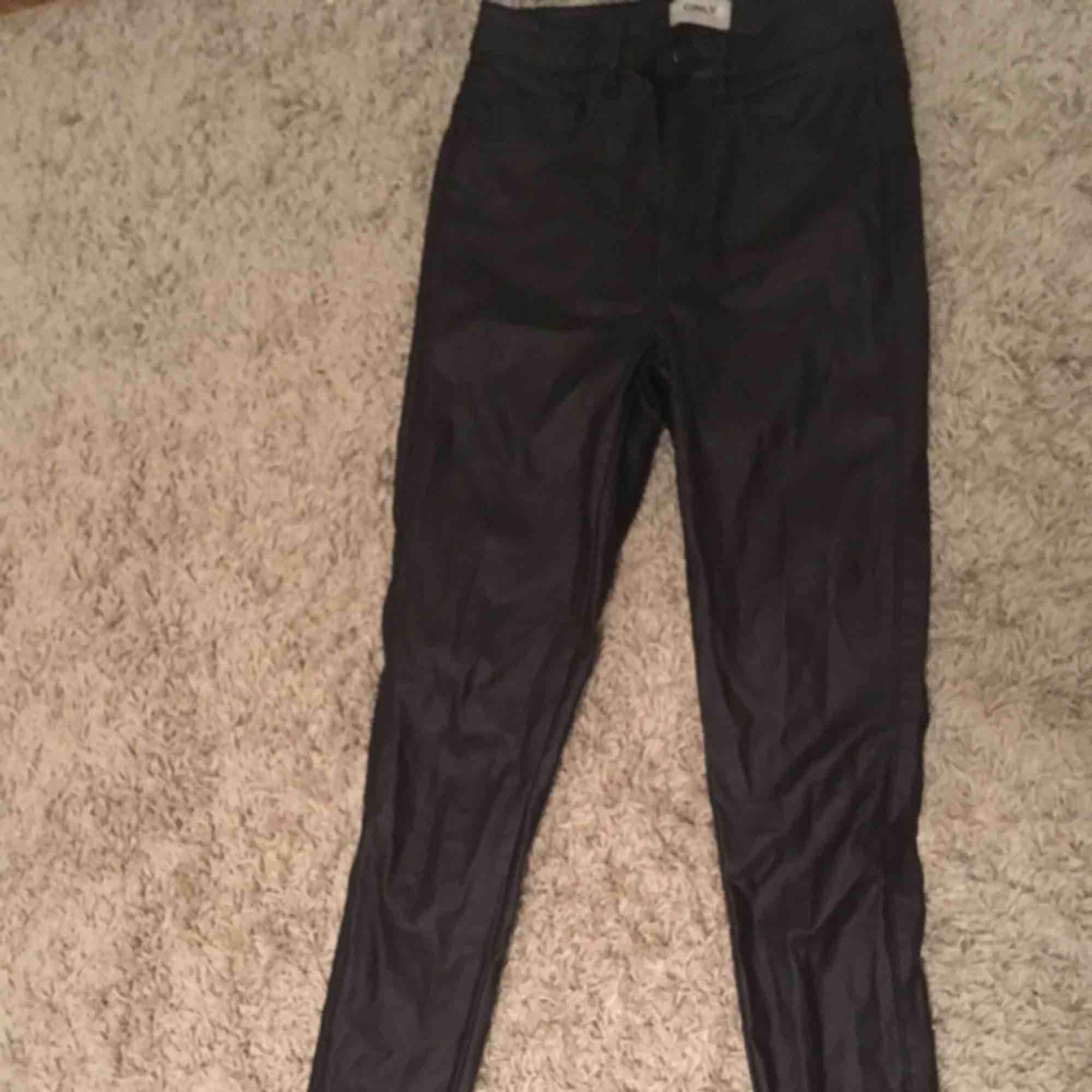 Ett par super fina byxor! Säljer för att jag inte gillar tighta byxor längre. Kontakta för mer bilder och om ni vill ha mer info är det bara att fråga!. Jeans & Byxor.