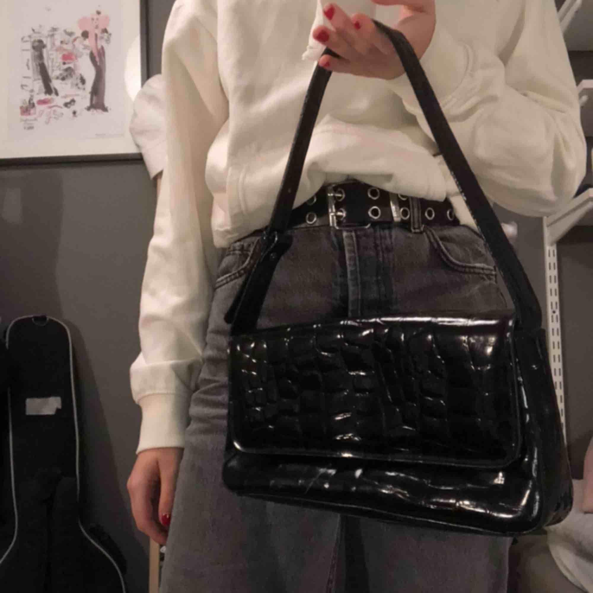 Ass snygg axelväska, köpt här på plick men var inget för mig. Liten repa på väskan men syns knappt när den är stängt.. Väskor.