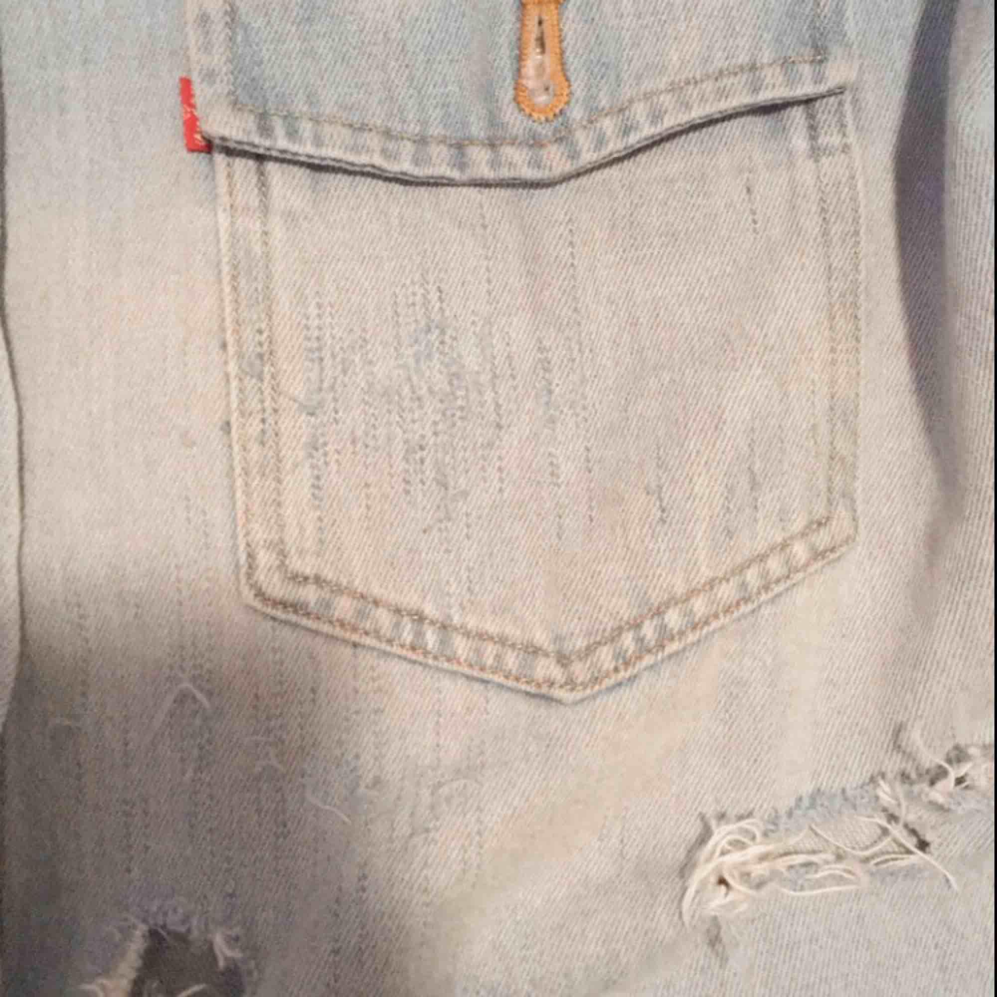 Levis jeans jacka med handmålad Simsons gubbe, så fin höst jacka men måste tyvär säljas då jag ej använder den bra skick ALDRIG använd. Jackor.
