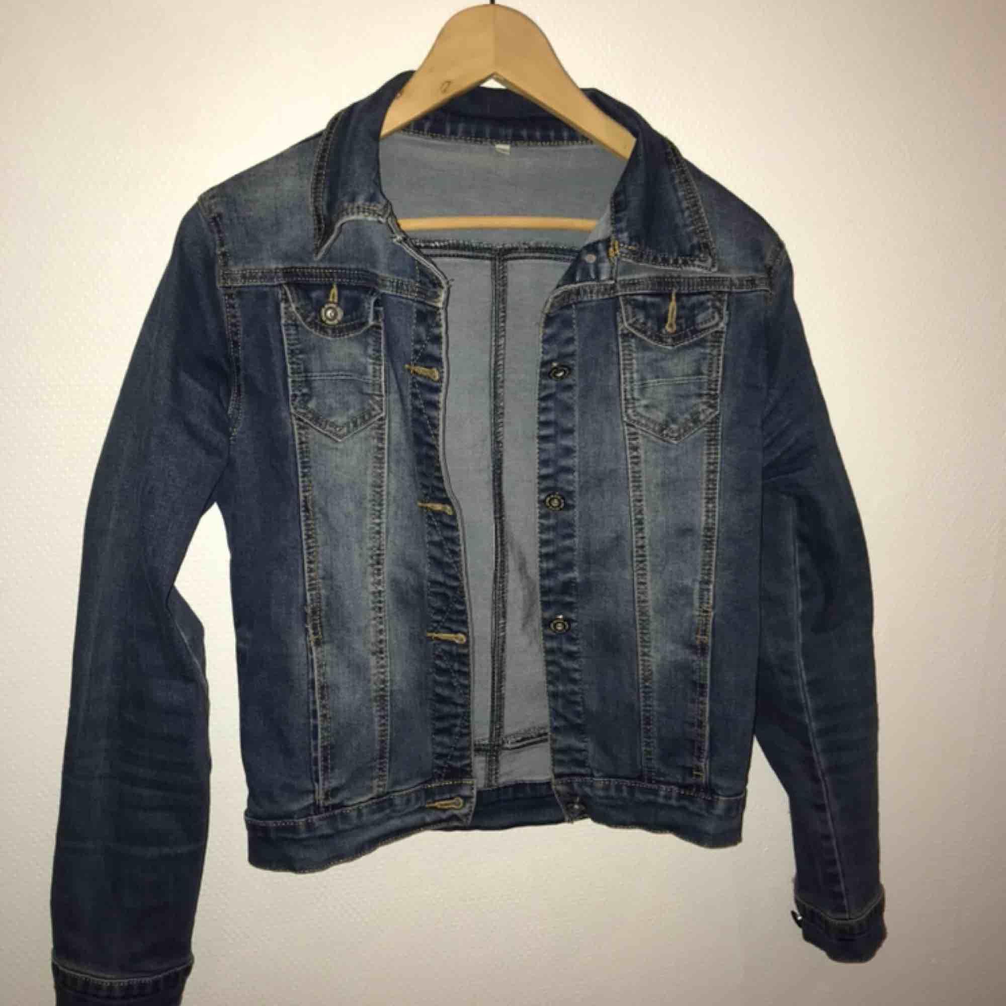 Stretchig jeans jacka. Står att det är storlek L men det passar mig som har S storlek. Passar även XS. Jättefin skick. . Jackor.