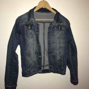 Stretchig jeans jacka. Står att det är storlek L men det passar mig som har S storlek. Passar även XS. Jättefin skick.