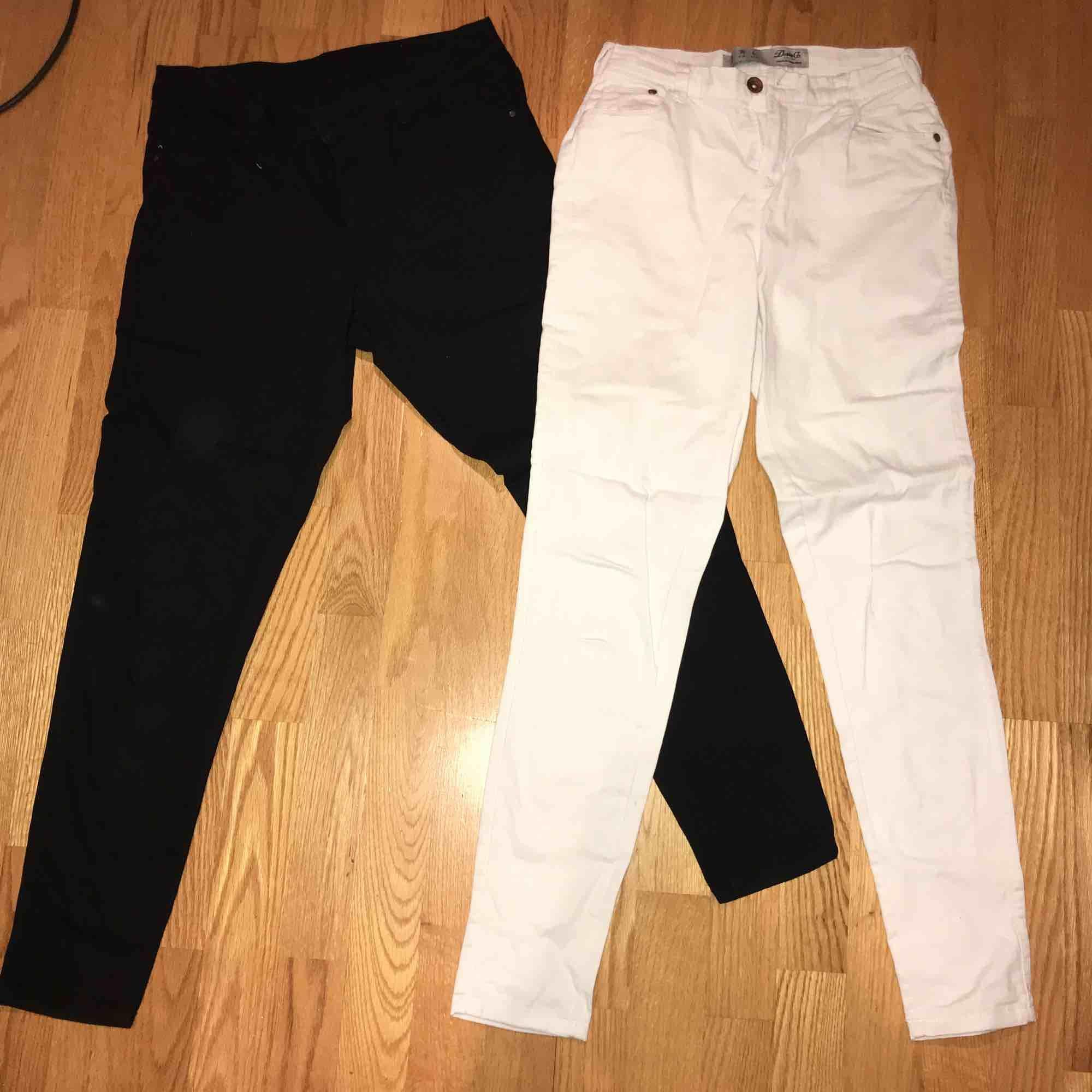 Båda jeansen har samma storlek. Ett par är vita o d andra är svarta. Jättefin skick, knappt använda. Storlek 38 men dem är ganska tajta o passar även 36. Dom är highwaisted. 🤪🤪  75kr styck o 130kr för båda. Jeans & Byxor.