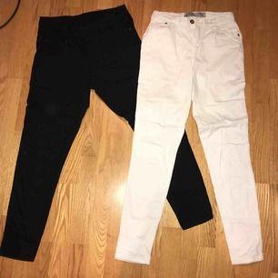 Båda jeansen har samma storlek. Ett par är vita o d andra är svarta. Jättefin skick, knappt använda. Storlek 38 men dem är ganska tajta o passar även 36. Dom är highwaisted. 🤪🤪  75kr styck o 130kr för båda