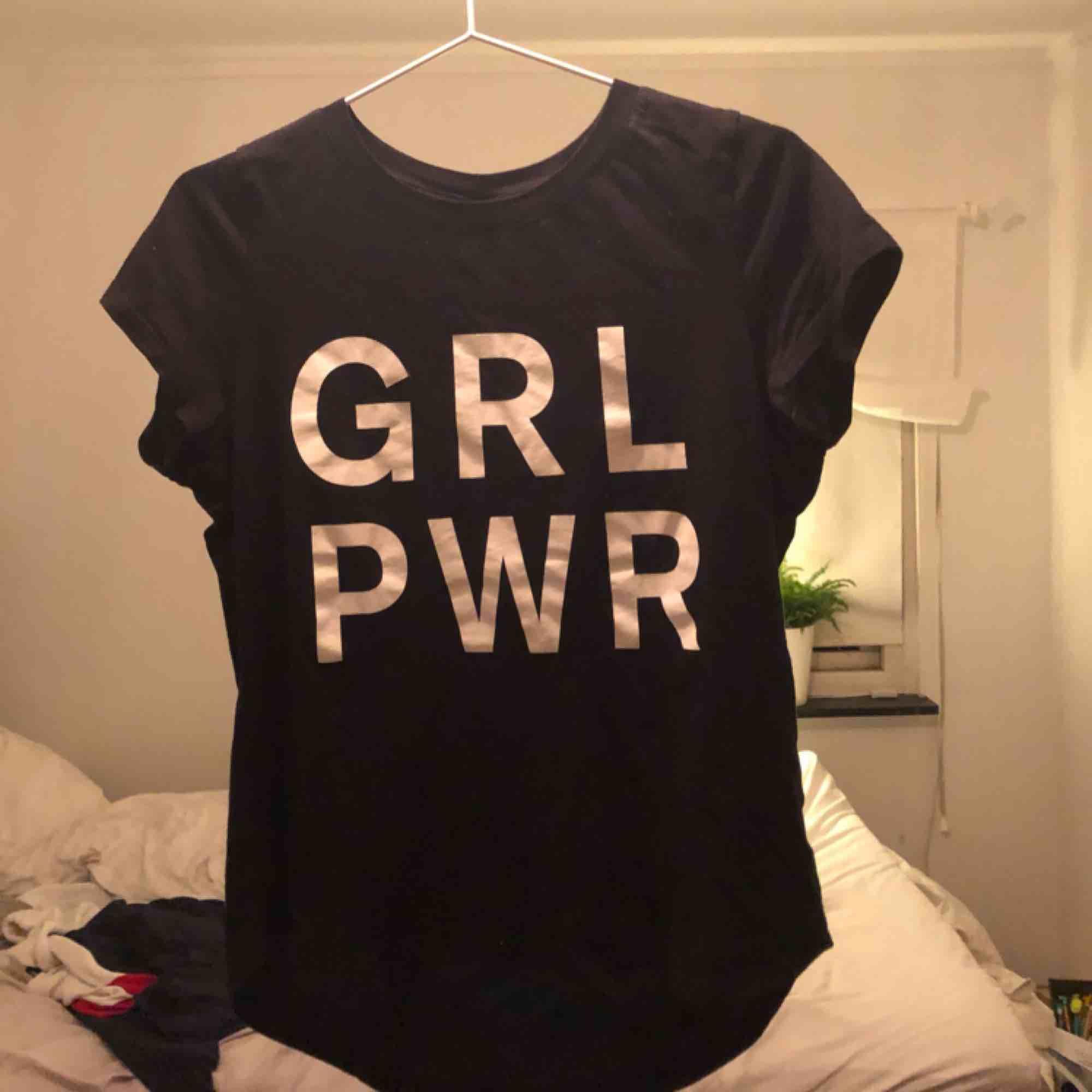 """Svart T-shirt från Gina tricot med tryck """"GRL PWR"""" 40kr frakt 20kr eller möts upp i Falkenberg. Pris kan diskuteras vid snabb affär . T-shirts."""