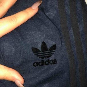 Blåa kamouflage mönstrade tights från adidas. Endast testade.