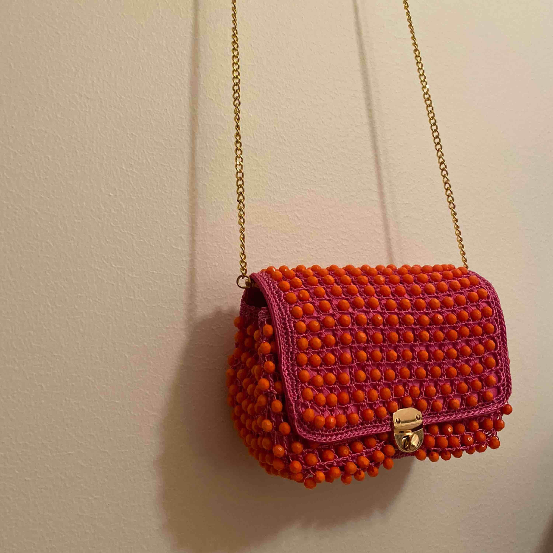 Väska från ASOS. Aldrig använd. Med band. Super snygg och rymlig.. Väskor.