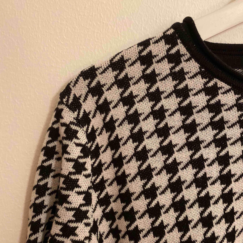 Hundtandsmönstrad tröja från bondelid. Använd 1 gång, dvs som ny.. Tröjor & Koftor.