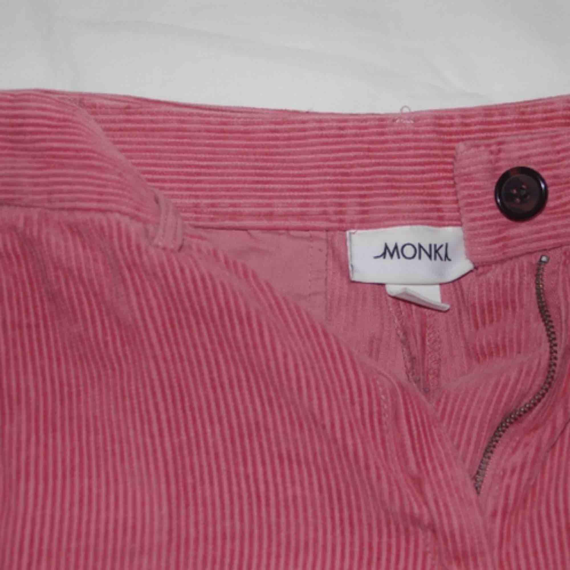 Ett par rosa, vida manchester byxor i storlek 34 men skulle nog säga att dom sitter som storlek 36 eller 38. Dom är väl använda men fortfarande i bra skick! Frakt tillkommer.. Jeans & Byxor.