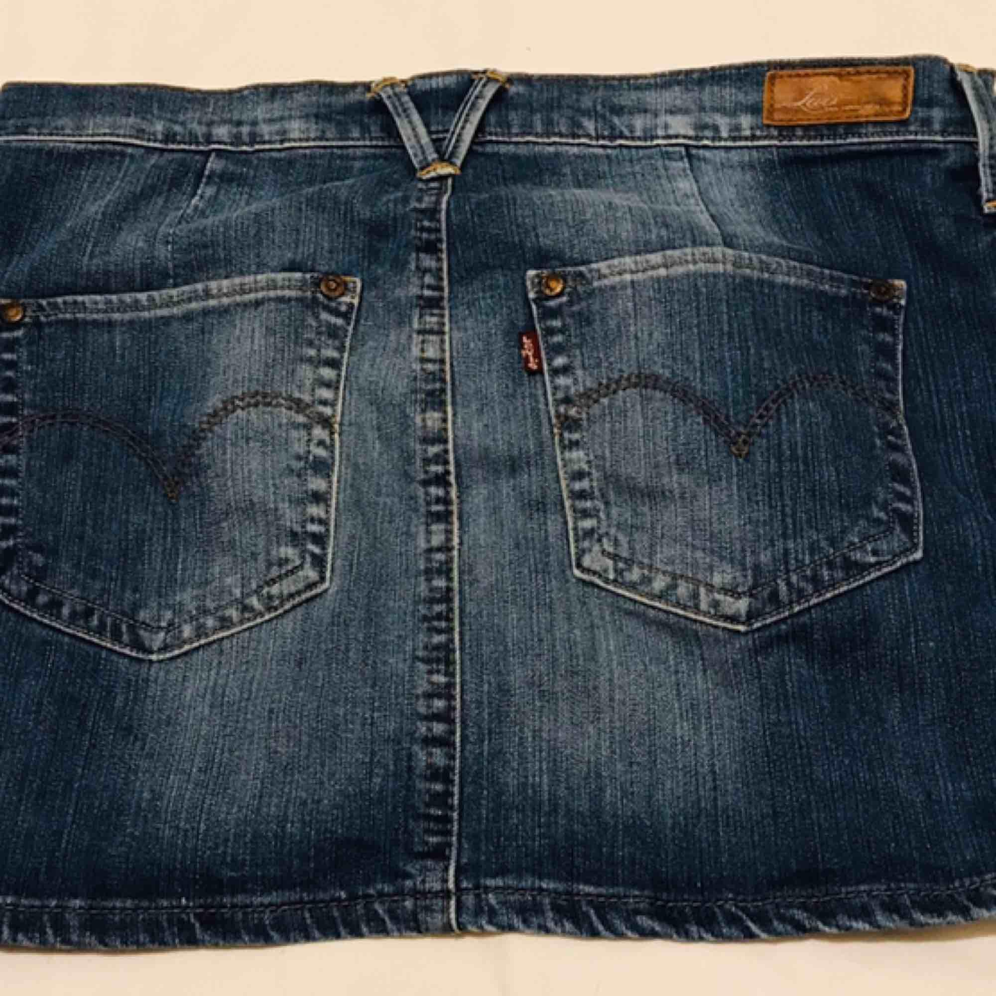 Klassisk kort jeanskjol använd 3 ggr blå. Kjolar.