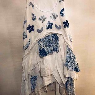 Volangklänning i flera lager kort vit/blå