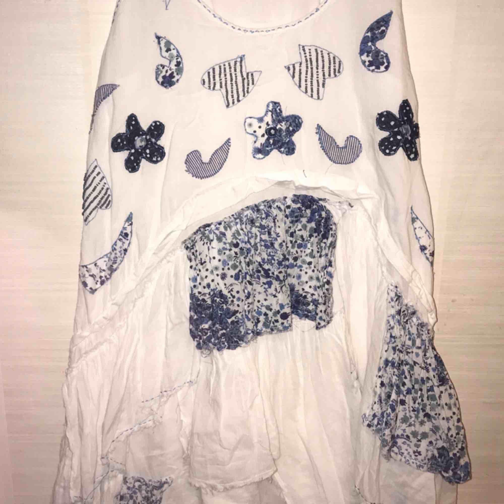 Volangklänning i flera lager kort vit/blå. Klänningar.