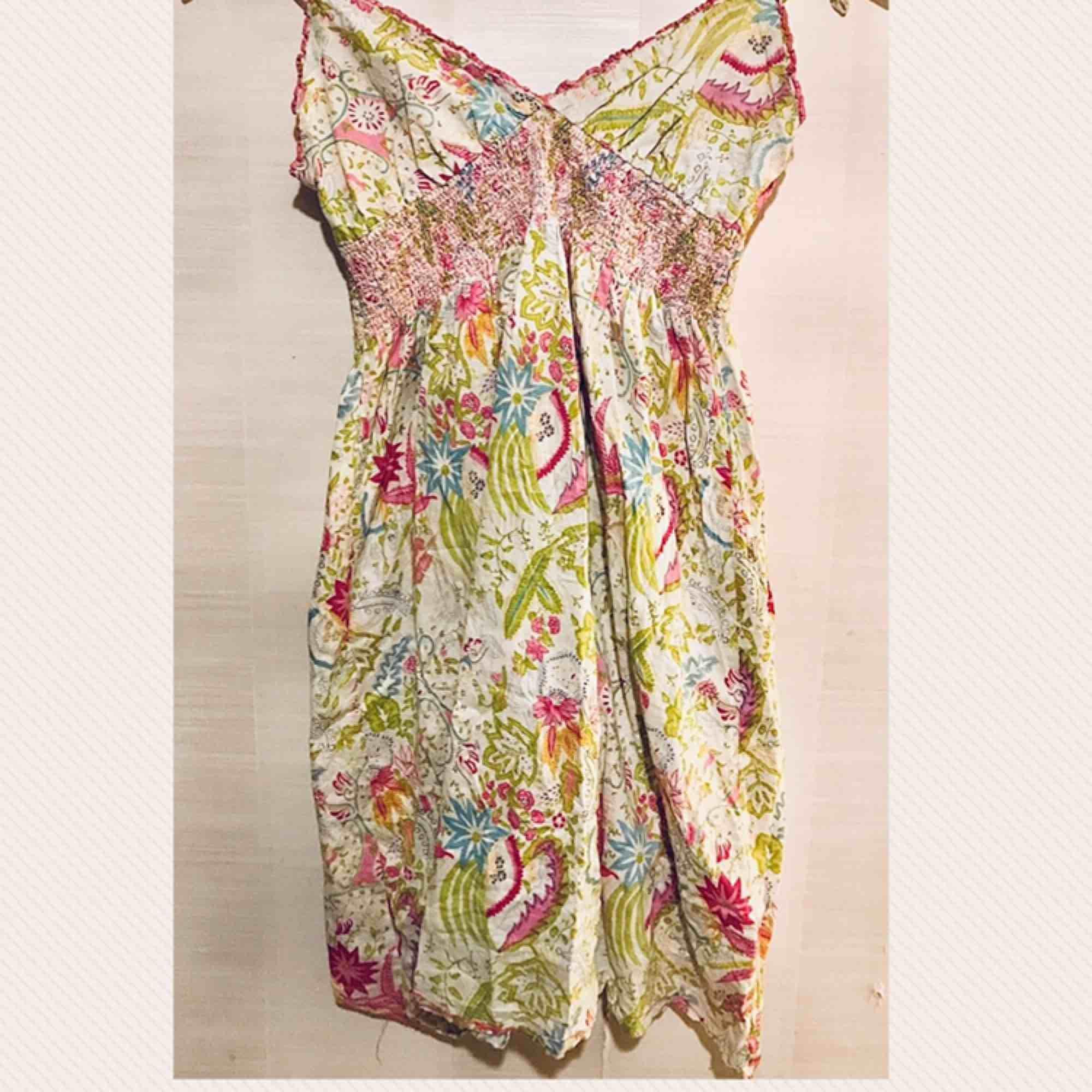 Somrig kort klänning. Klänningar.