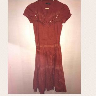 Roströd halvlång klänning med brodyr och paljetter