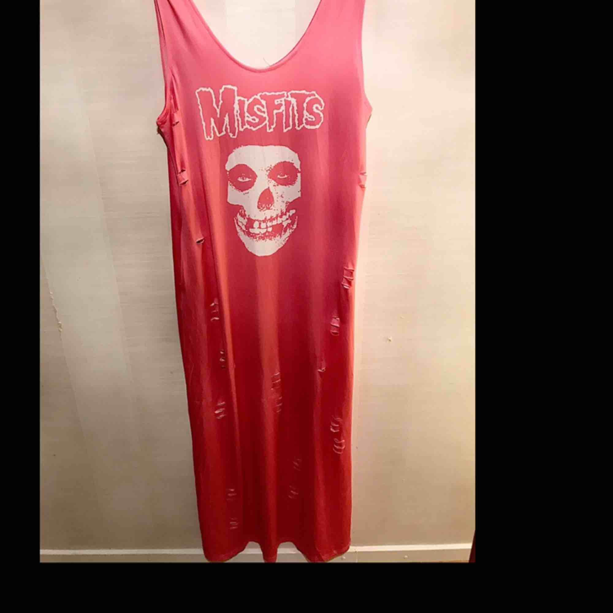 Lång rosa klänning med misfit tryck . Klänningar.