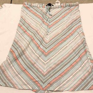 Randig knälång kjol i pastellfärger